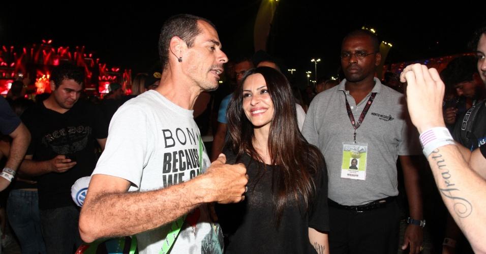 21.set.2013 - Cleo Pires atende pedido de fã enquanto seu namorado, Rômulo Neto, tira uma foto dos dois