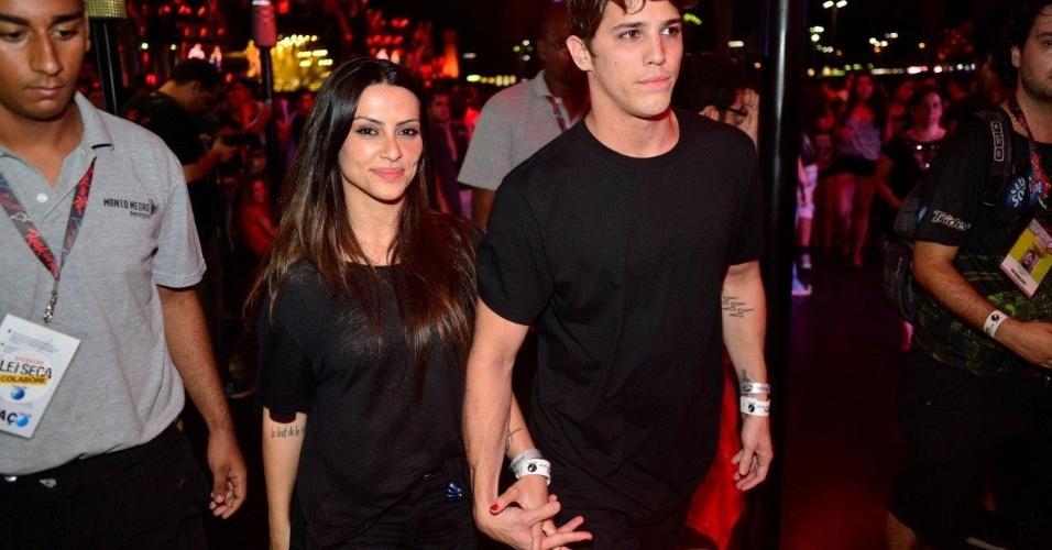 21.set.2013 - Cleo Pires vai ao Rock in Rio com o namorado, Rômulo Neto