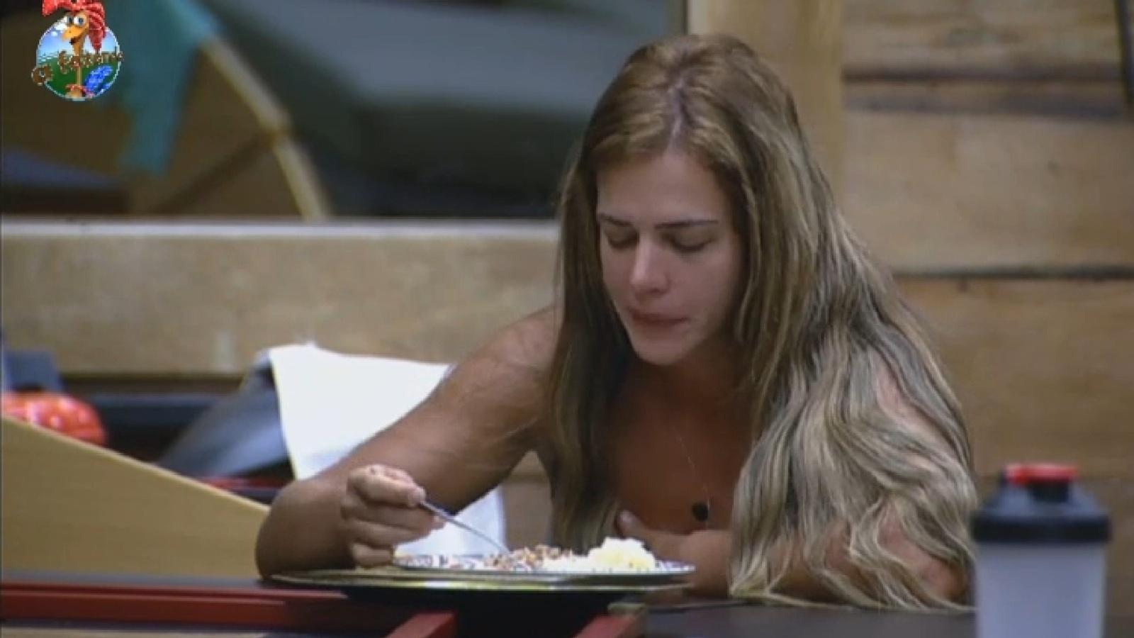 21.set.2013 - Denise Rocha almoça na tarde deste sábado