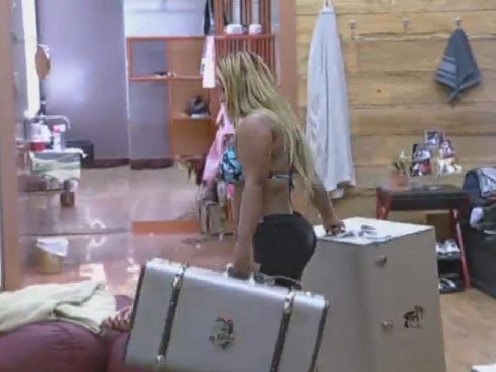 21.set.2013 - Em noite de eliminação, Mulher Filé começa a fazer as malas