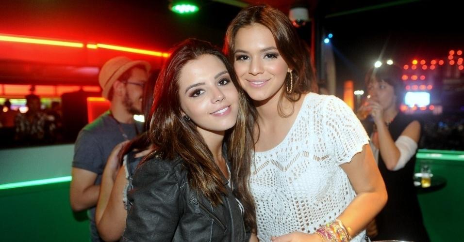 21.set.2013 - Giovanna Lancellotti e Bruna Marquezine se encontram em um dos camarotes do Rock in Rio