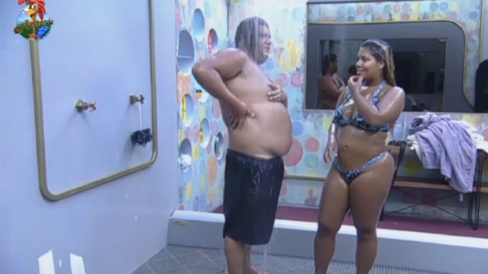 21.set.2013 - Gominho e Mulher Filé tomam banho juntos na tarde deste sábado