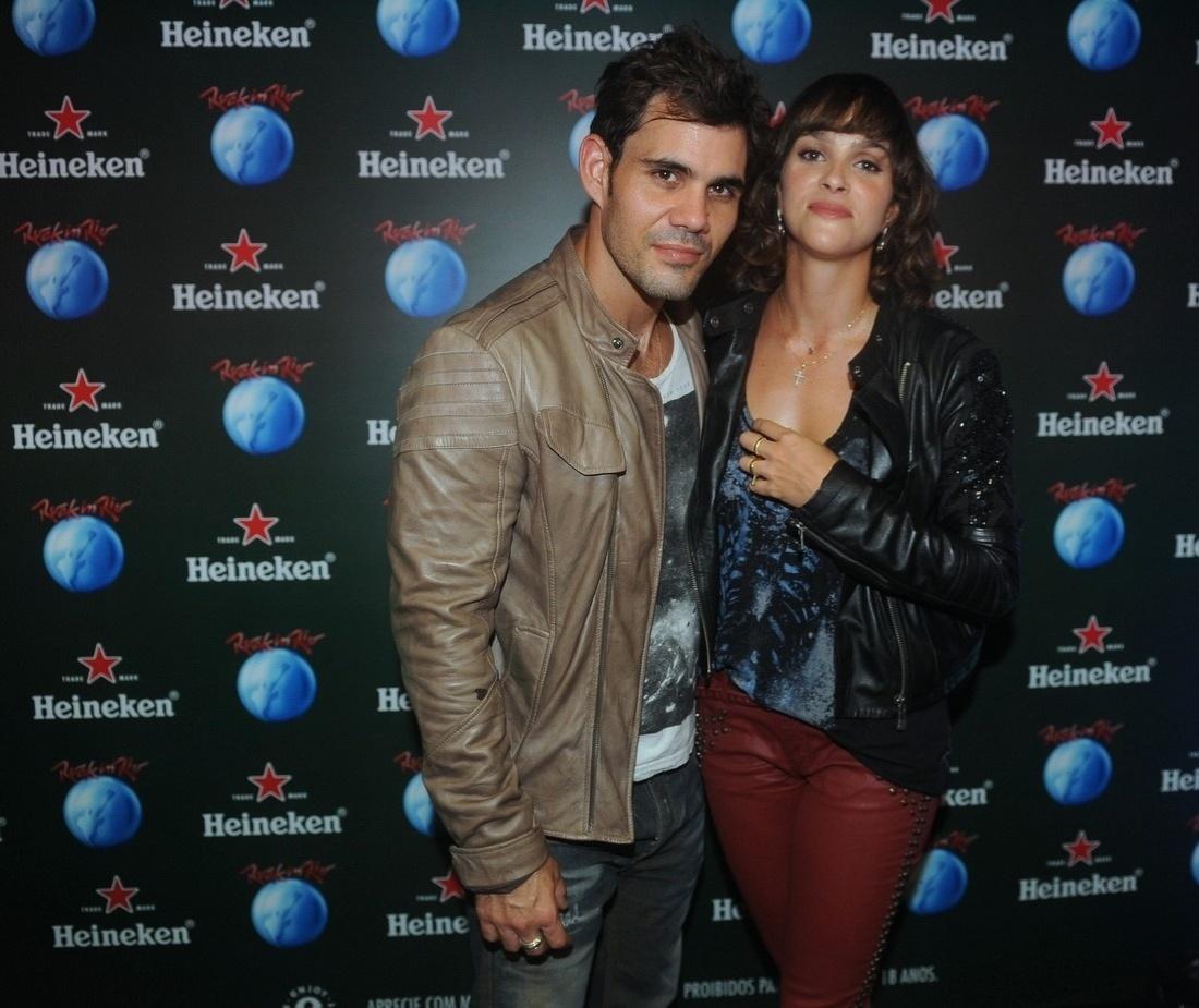 21.set.2013 - Juliano Cazarré leva a mulher, Letícia Bastos, ao 6º dia de shows no Rock in Rio