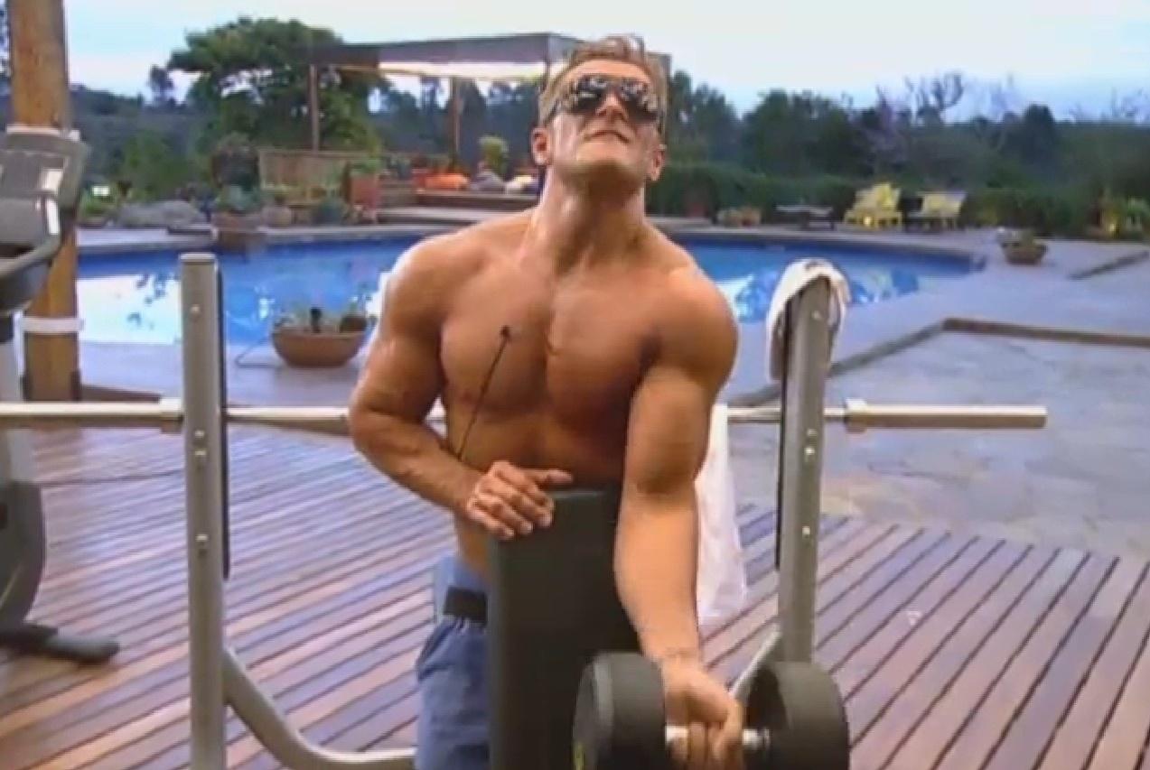 21.set.2013 - Marcos Oliver pega pesado na academia