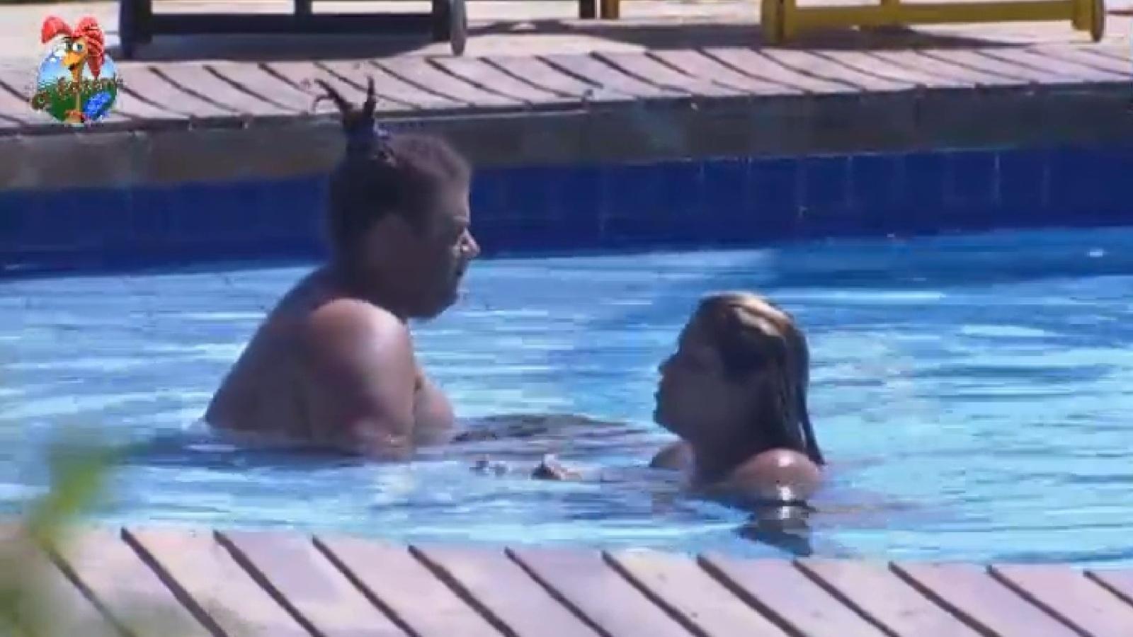 21.set.2013 - Na roça, Gominho e mulher Filé aproveitam a piscina