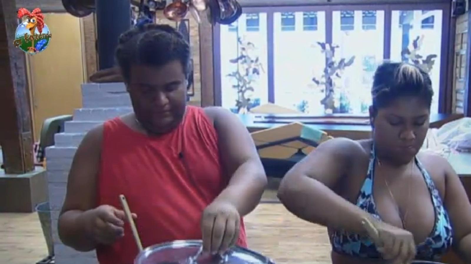 21.set.2013 - Na roça, Gominho e Yani de Simone cozinham juntos