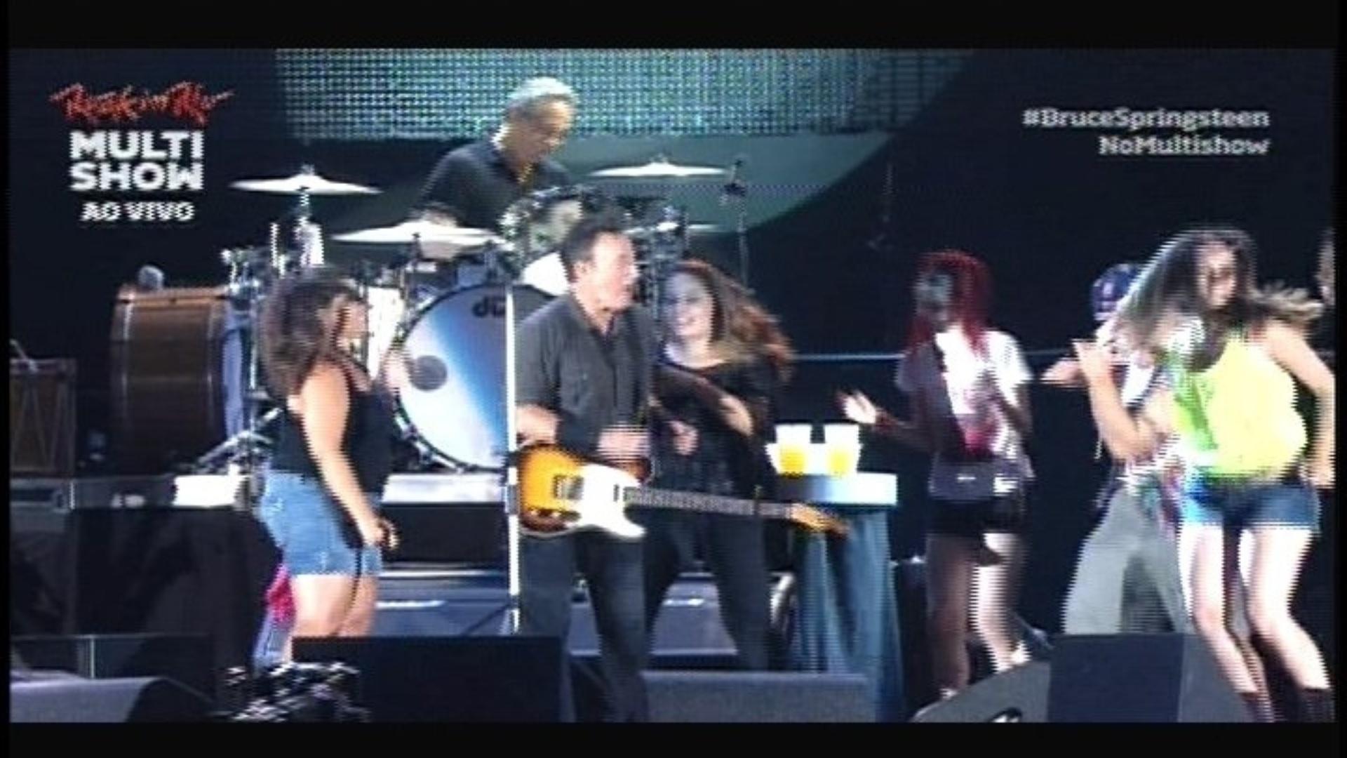 21.set.2013 - Fãs sobem no palco para cantar ao lado de Bruce Springsteen no Rock in Rio