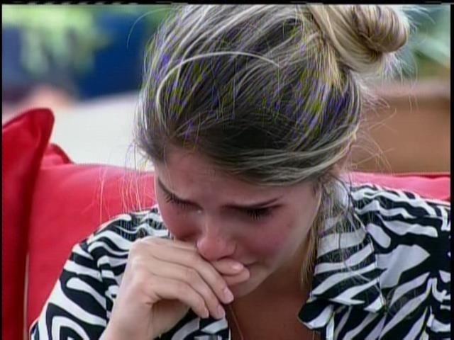 22.set.2013 - Bárbara chora ao receber carta de Monique Evans