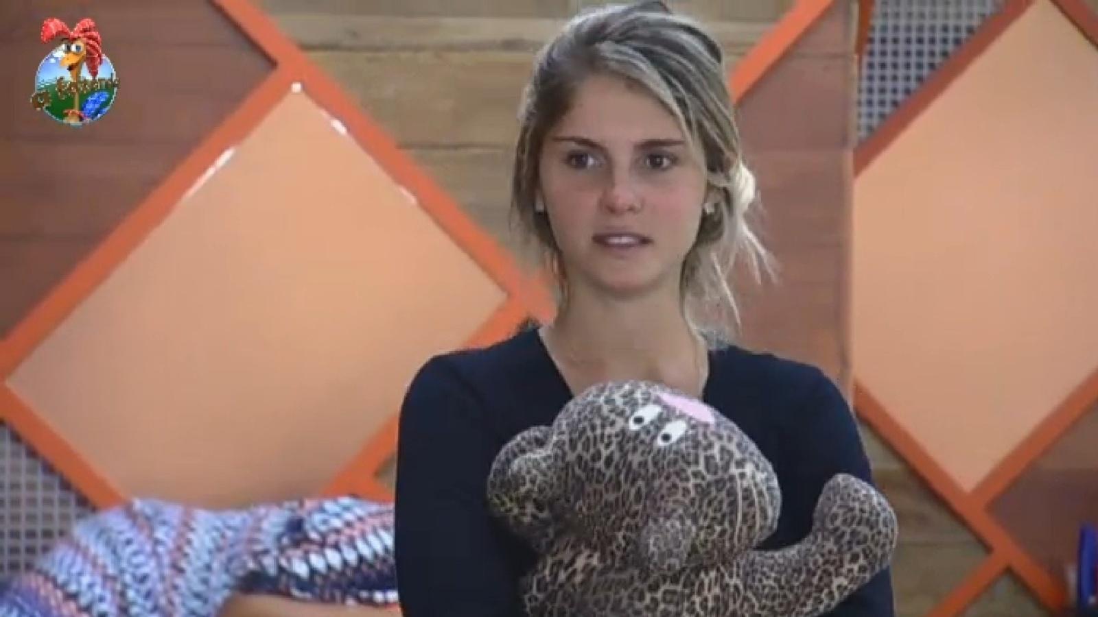 22.set.2013 - Bárbara Evans abraça bicho de pelúcia enviado por Monique Evans