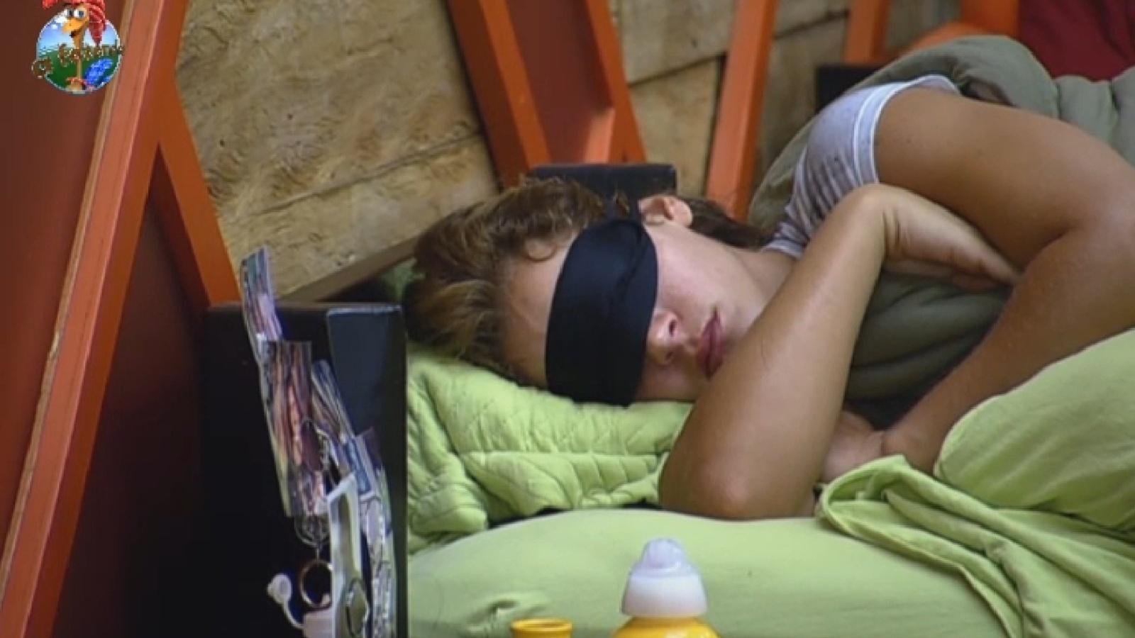 22.set.2013 - Denise Rocha dorme na manhã deste domingo