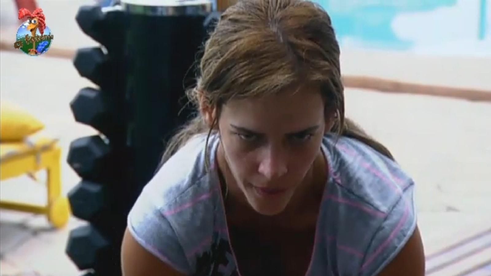 22.set.2013 - Denise Rocha pega pesado na malhação no início da tarde