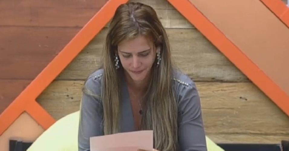 22.set.2013 - Denise Rocha se emociona com carta de familiares