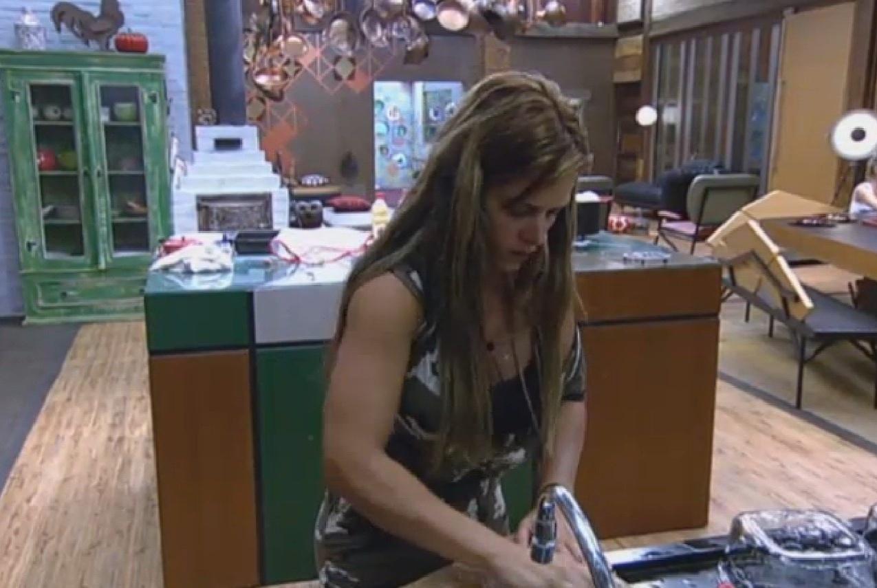 22.set.2013 - Empolgada, Denise Rocha prepara sopa para o jantar