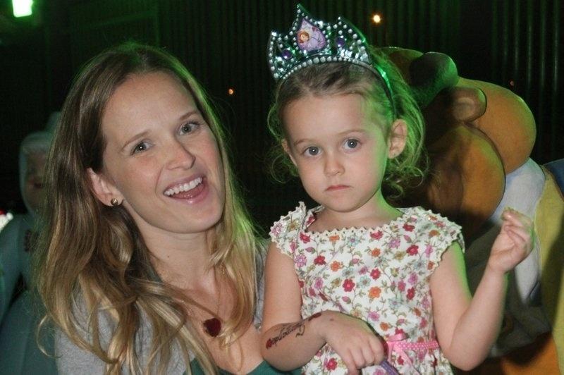 22.set.2013 - Fernanda Rodrigues leva a filha Luisa ao aniversário das filhas de Giovanna Antonelli