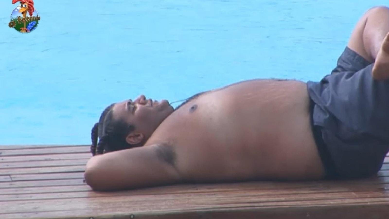 22.set.2013 - Gominho aproveita a tarde sozinho na beira da piscina