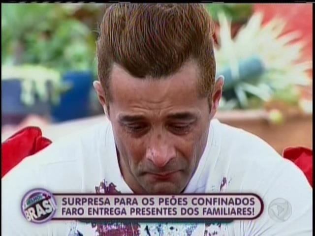 22.set.2013 - Marcos Oliver se emociona com mensagem da mulher, Faby Monarca
