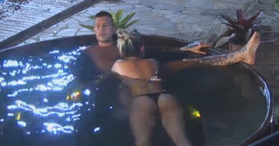 22.set.2013 - Mateus e Bárbara curtem clima romântico no ofurô