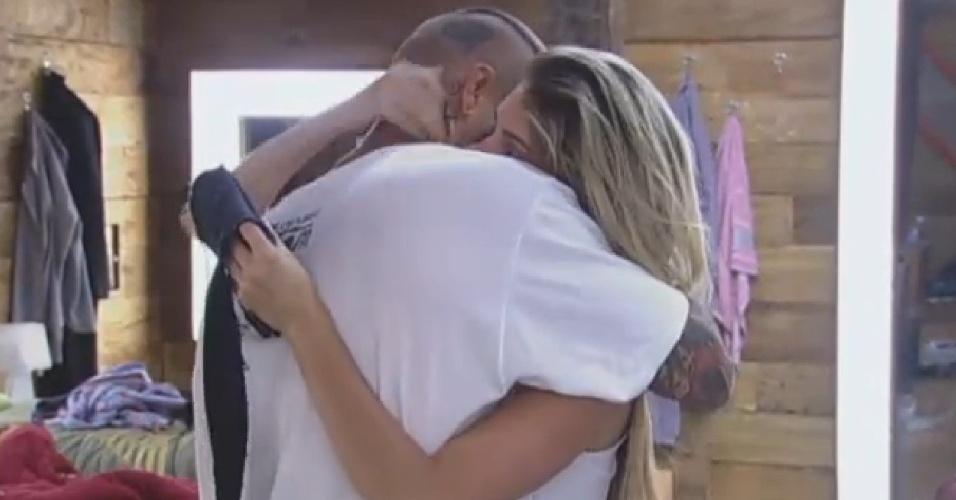 22.set.2013 - Mateus e Bárbara se beijam na manhã deste domingo