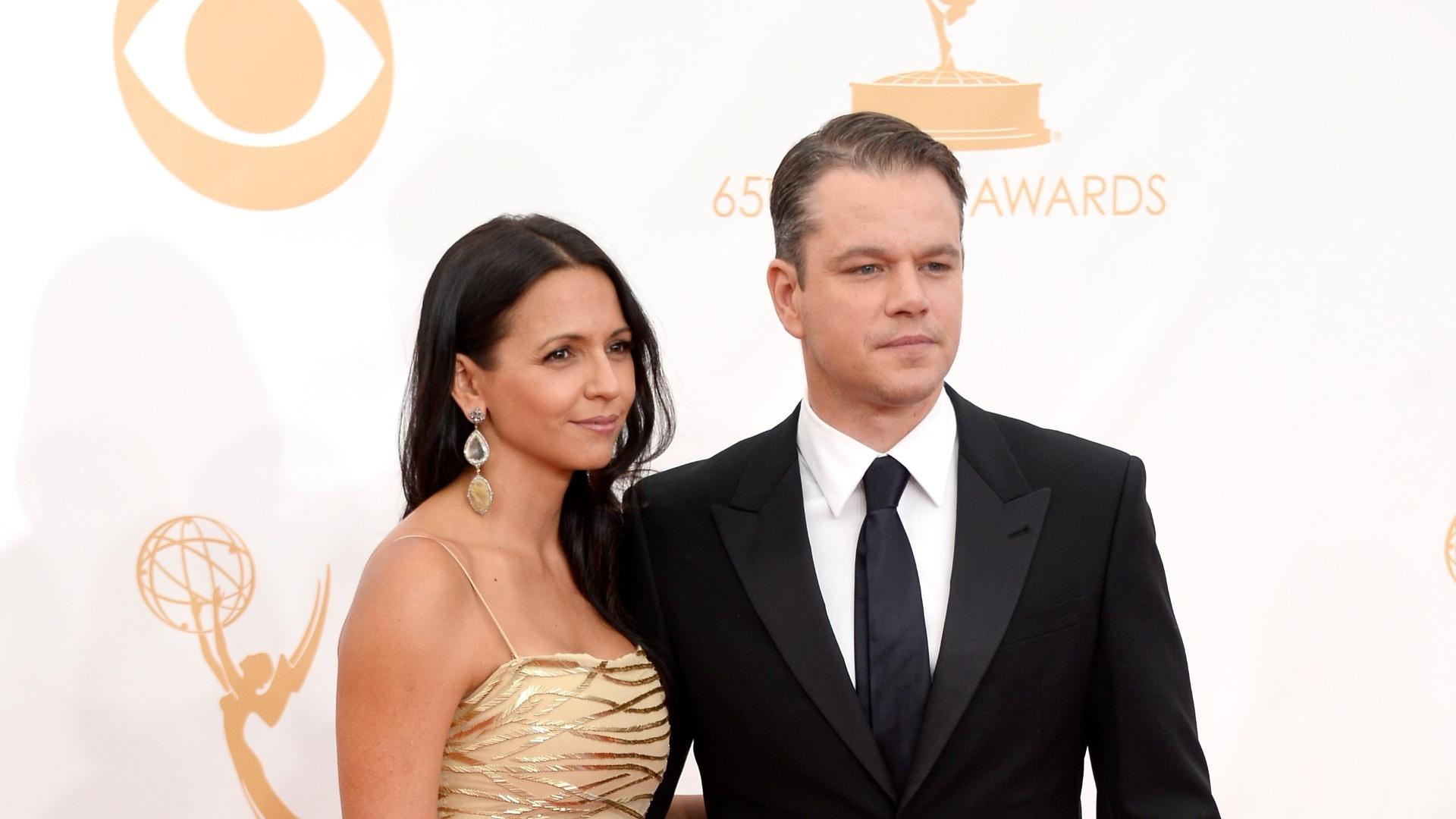 22.set.2013 - Matt Damon posa com a mulher Luciana Barroso ao chegar para o Emmy 2013. Ele concorre na categoria de melhor ator de minissérie ou telefilme por