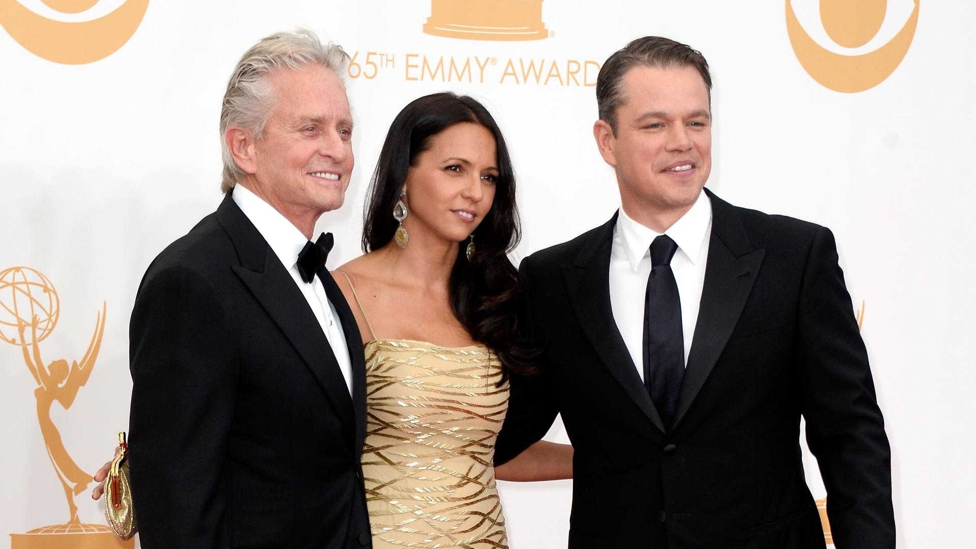 22.set.2013 - Michael Douglas posa com Matt Damon e a mulher dele, Luciana Barroso. Os dois atores disputam o prêmio de melhor ator em minissérie ou telefilme por