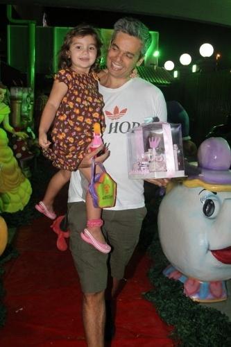 22.set.2013 - Otaviano Costa e a filha Olívia no aniversário das filhas de Giovanna Antonelli