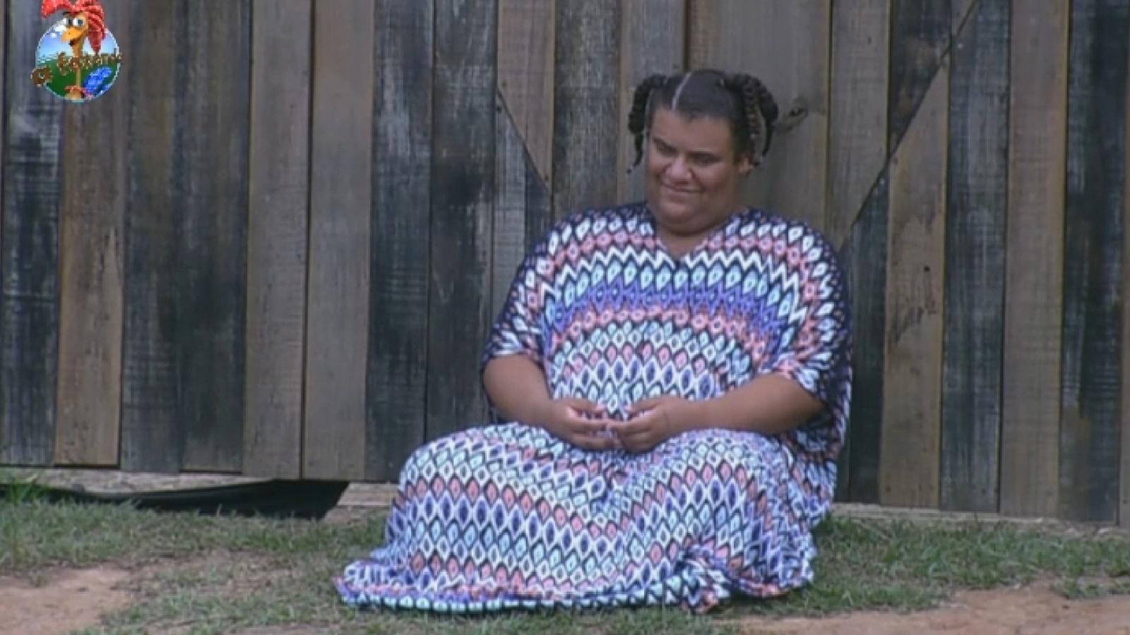 22.set.2013 - Pensativo, Gominho relava na área externa da casa enquanto os outros peões dormem