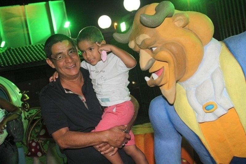 22.set.2013 - Zeca Pagodinho leva o neto Noah ao aniversário de Giovanna Antonelli