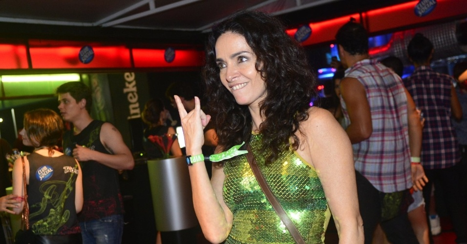 22.set.2013 - Claudia Ohana faz o sinal dos metaleiros para fotos, no último dia de shows do Rock in Rio