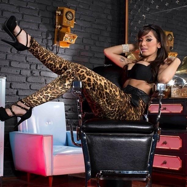 23.set..2013 - A cantora Anitta postou no Instagram uma foto em pose sexy sentada em uma cadeira de barbeiro.