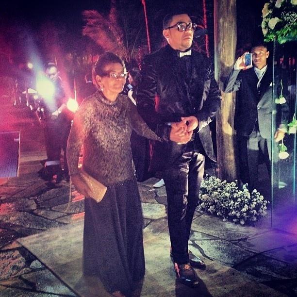 23.set.2013 - Ao lado da mãe, Naldo se prepara para entrar no salão de festas para a cerimônia de seu casamento com Moranguinho