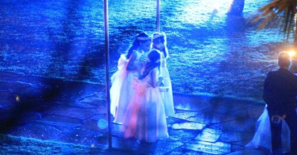 23.set.2013 - Damas de honra entrando no casamento de Naldo Benny e Mulher Moranguinho