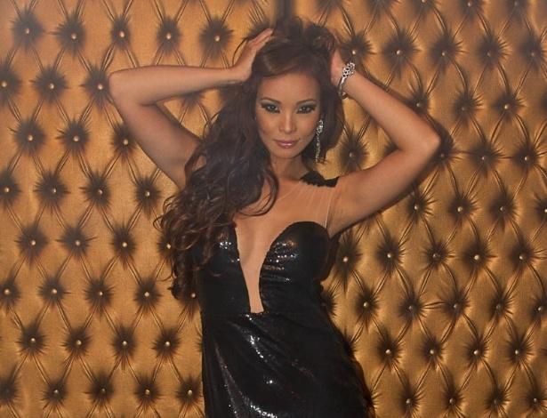 23.set.2013 - Dançarina do Faustão, Carol Nakamura faz ensaio de moda e posa com vestido que valoriza o