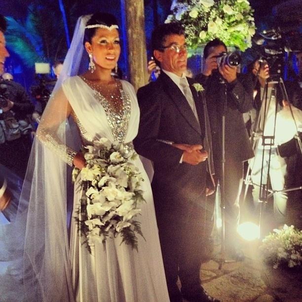 23.set.2013 - Depois de problemas com o estilista, vestido de noiva de Mulher Moranguinho conta com decote e muito brilho