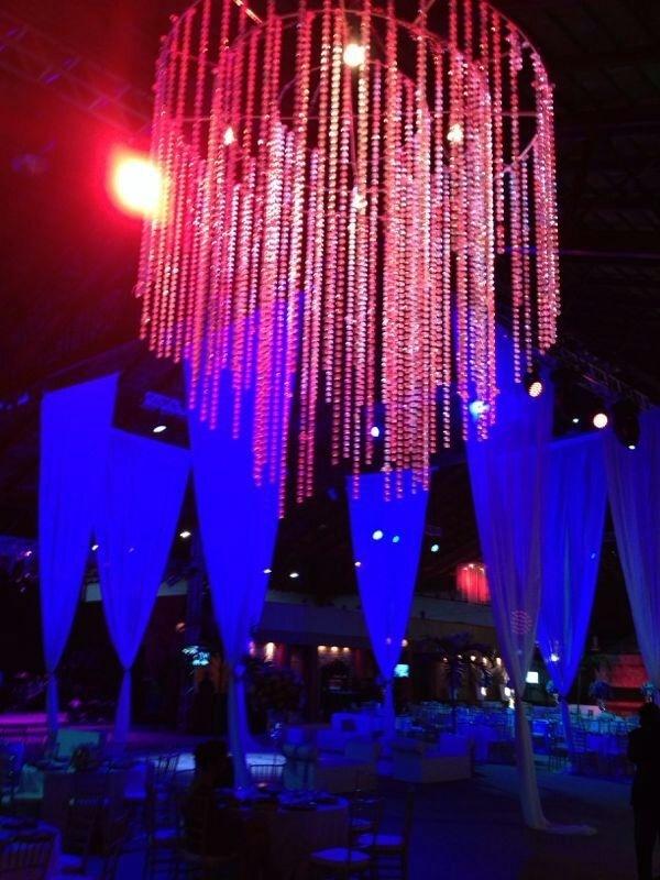 23.set.2013 - Luzes verde e roxa fazem parte da decoração do casamento de Naldo e Mulher Moranguinho