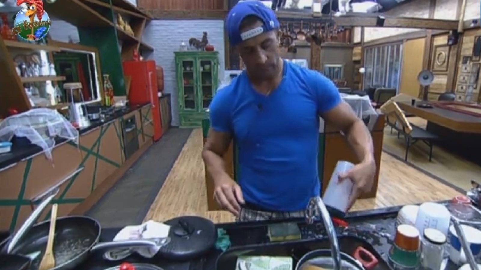 23.set.2013 - Marcos Oliver lava a louça depois de discussão com Denise