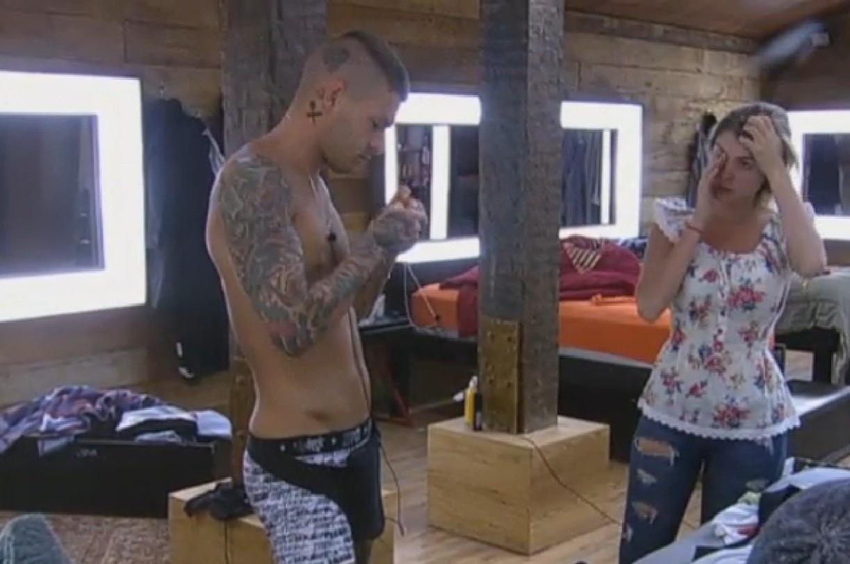 23.set.2013 - Mateus conserta cordão do microfone de Bárbara Evans
