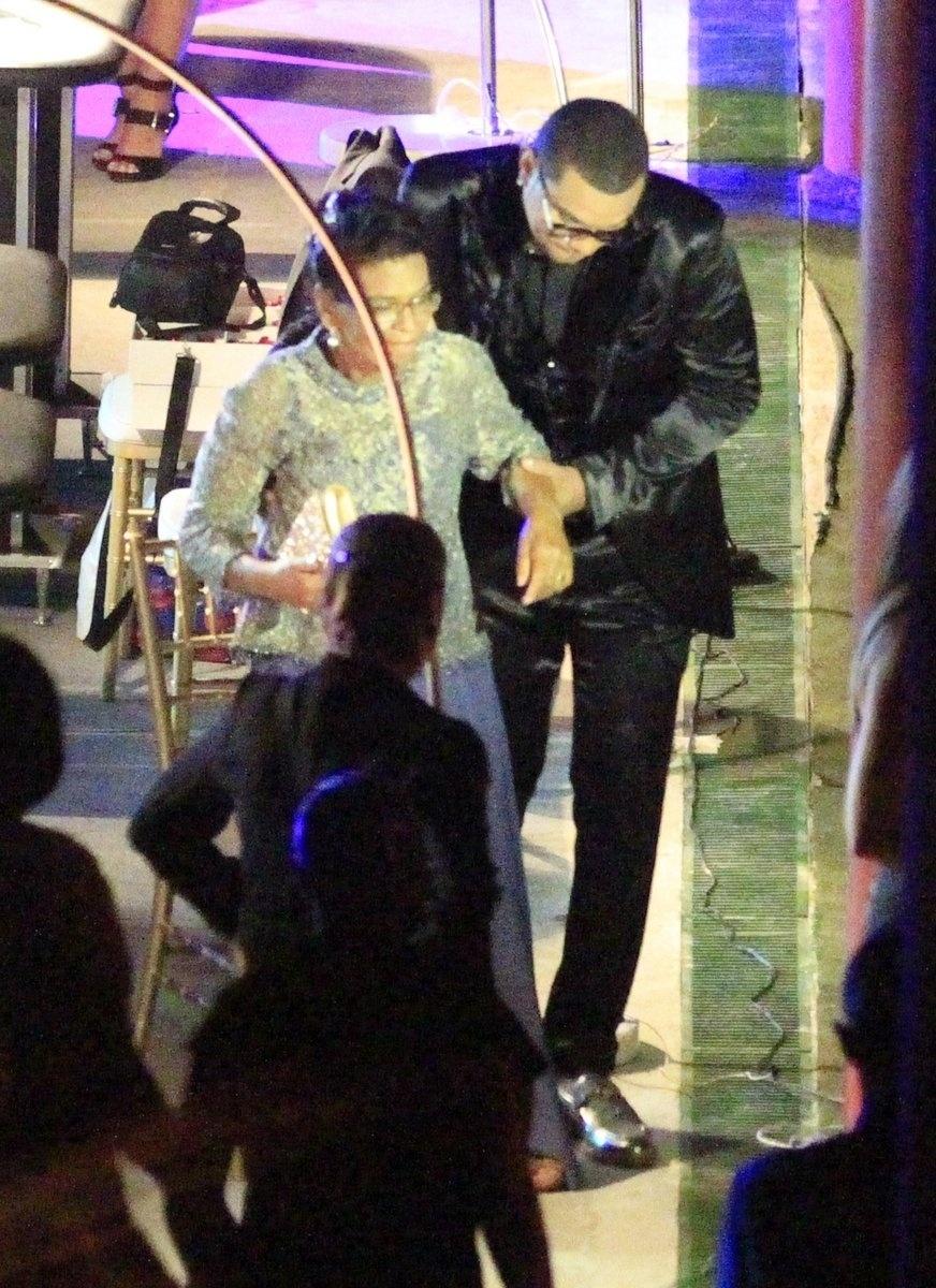 23.set.2013 - Naldo Benny ampara sua mãe durante a cerimônia