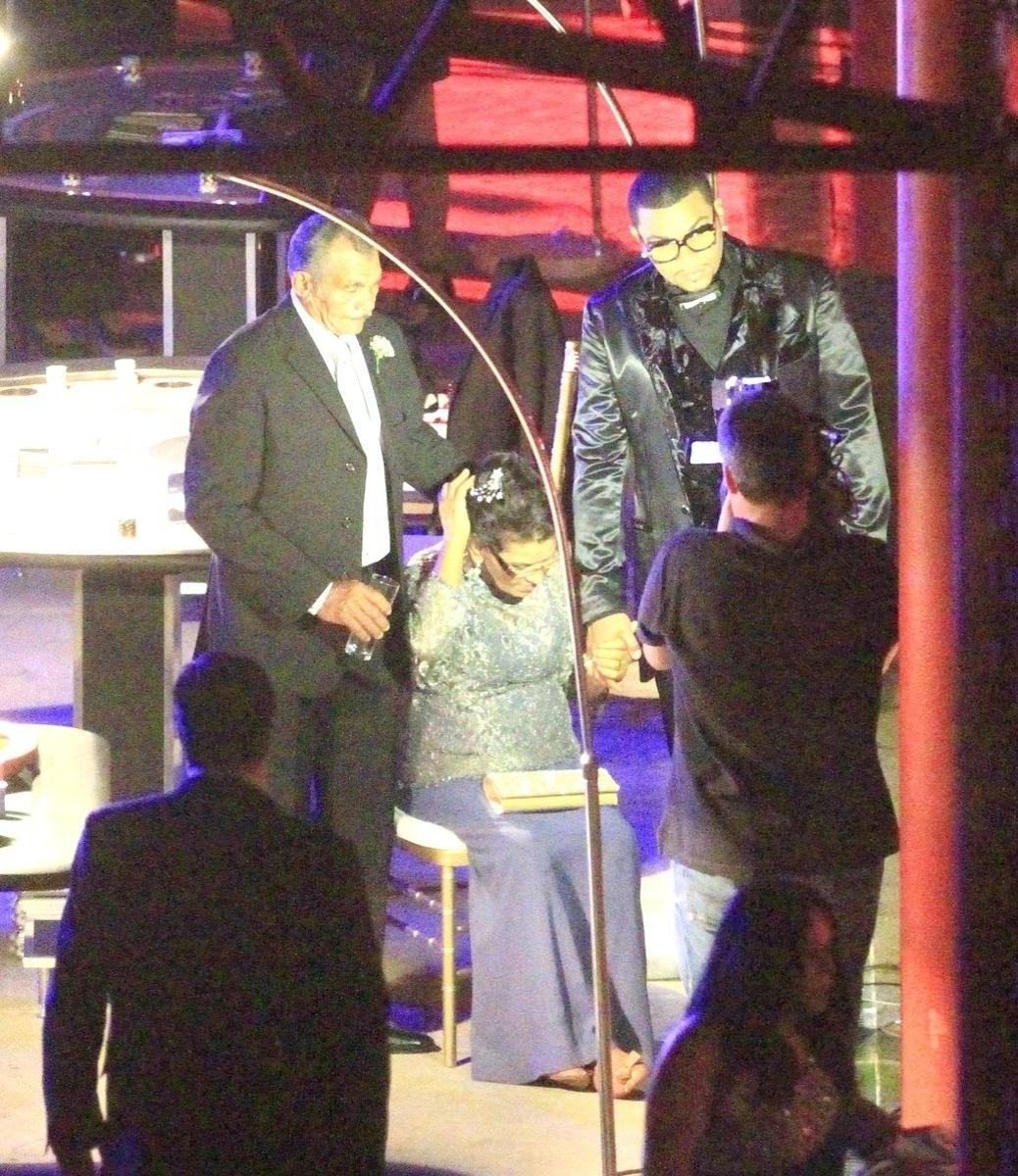 23.set.2013 - Naldo com os pais em seu casamento com a Mulher Moranguinho em casa de festas em Jacarepaguá, Zona Oeste do Rio