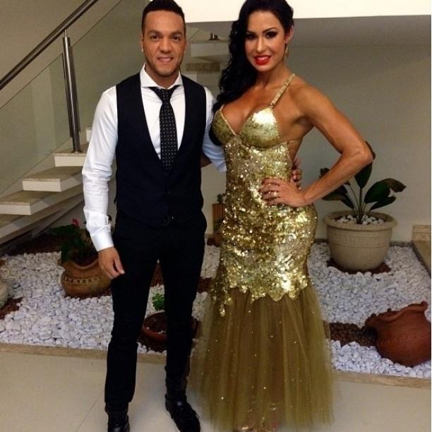 23.set.2013 - O casal Belo e Gracyanne Barbosa mostram modelitos antes de irem ao casamento de Naldo e Mulher Moranguinho
