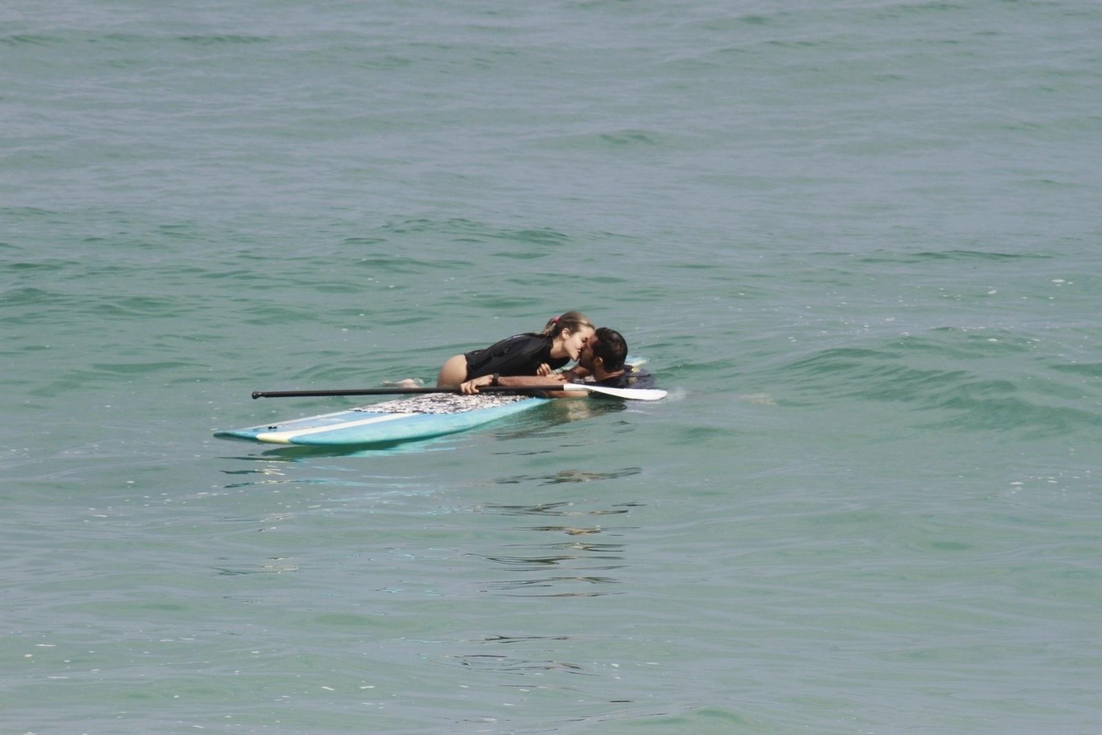 23.set.2013 - O casal ex-peões Beto Malfacini e Aryane Steinkopf curtiu um dia de praia na Macumba, na Barra da Tijuca, zona oeste do Rio. Aryane fez stand up paddle e o casal trocou beijos no mar
