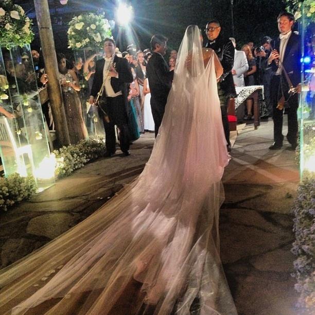23.set.2013 - Vestida de noiva, Mulher Moraguinho é fotografada durante cerimônia de seu casamento com o cantor Naldo