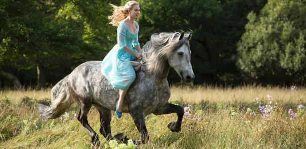 """A atriz Lily James aparece em primeira imagem de """"Cinderela"""", de Kenneth Branagh"""
