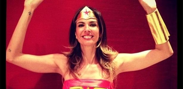 23.set.2013 - Luciana Gimenez se veste de Mulher Maravilha e diz a seus seguidores que a fantasia é uma surpresa para o