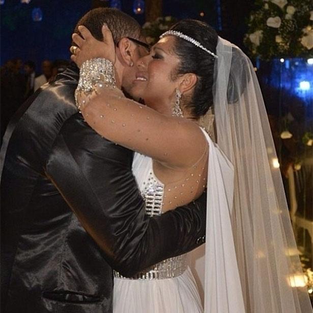 23.set.2013 - Naldo e Moranguinho se beijam e abraçam durante o casamento