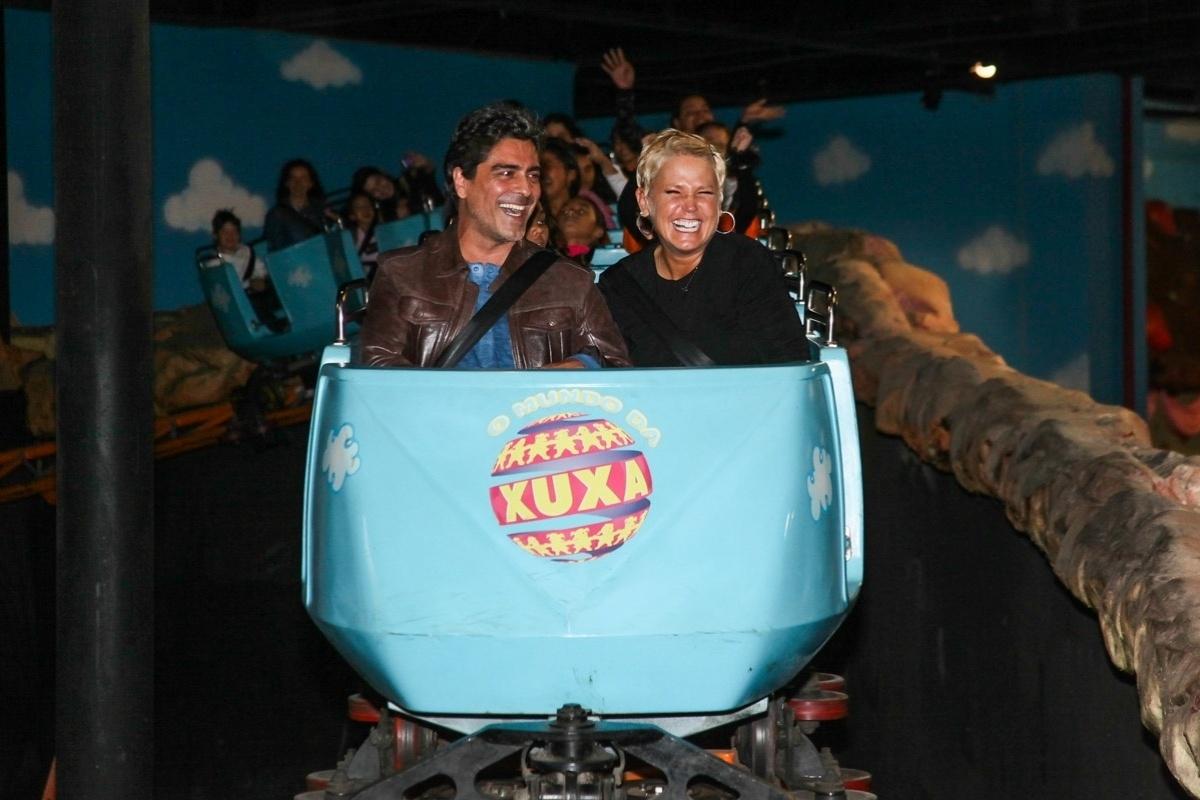 24.set.2013 - Acompanhada do namorado, o cantor Junno Andrade, Xuxa participou da comemoração dos dez anos do parque que leva o seu nome em São Paulo. O casal se divertiu na montanha russa