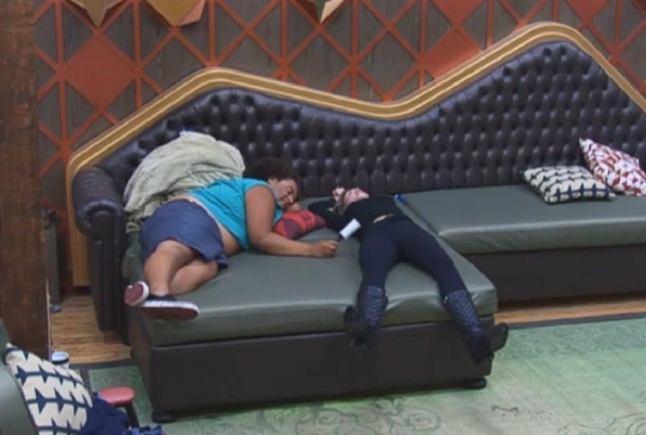 24.set.2013 - Bárbara e Gominho detonam Denise em conversa na sala da sede