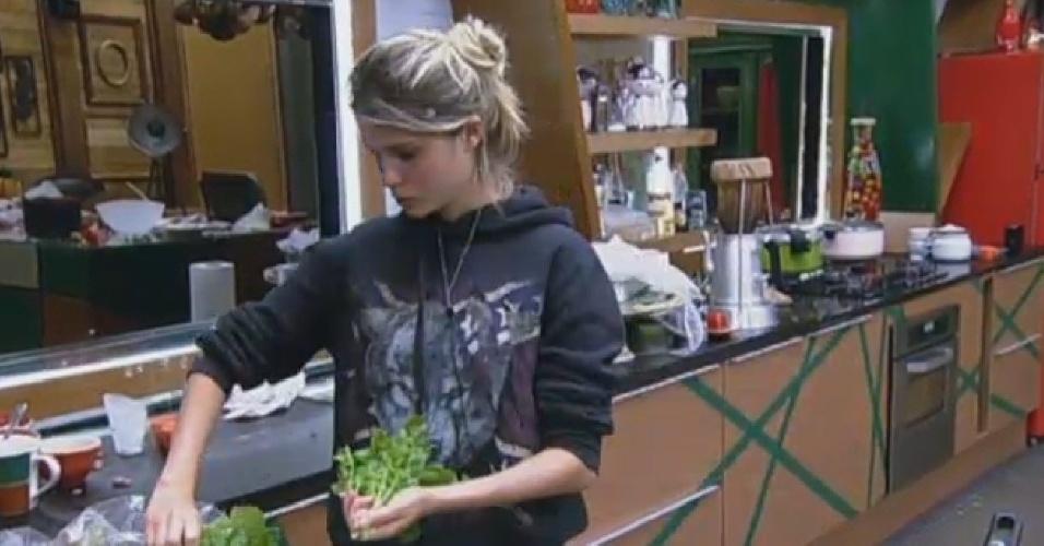 24.set.2013 - Bárbara Evans preparando sua salada