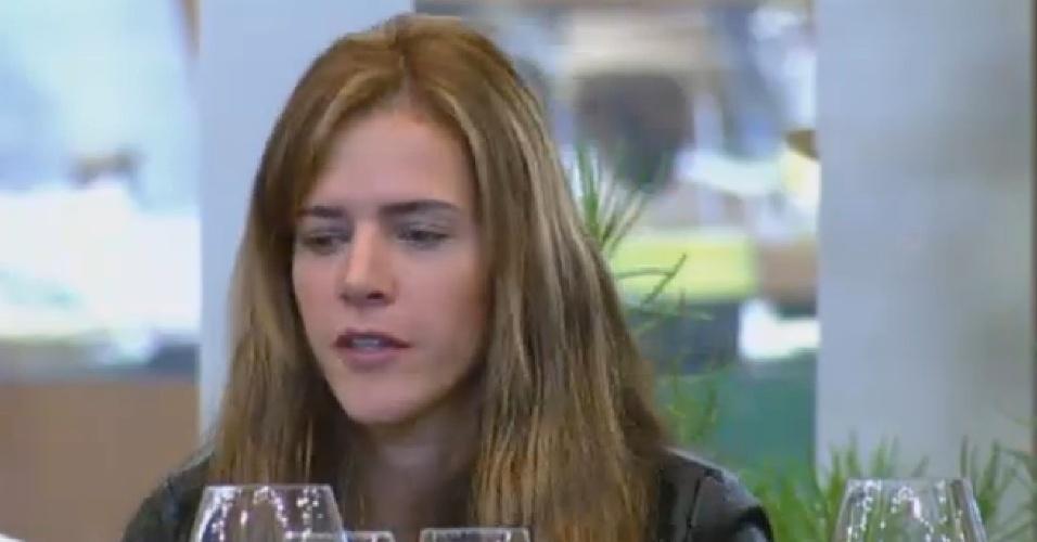 24.set.2013 - Denise Rocha esquece diferenças com peões e participa de brincadeira