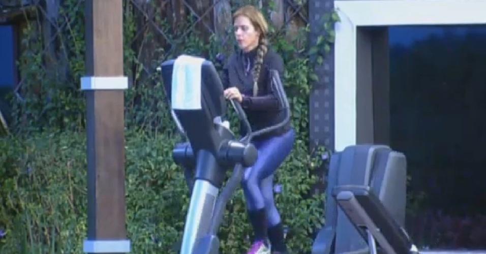 24.set.2013 - Enquanto peões brincam na sede, Denise Rocha queima calorias na academia