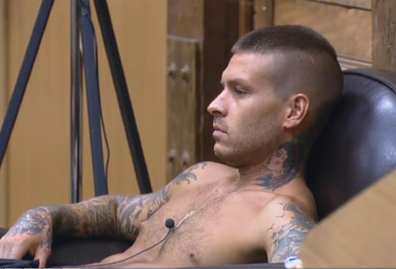 24.set.2013 - Mateus Verdelho pensativo na sede
